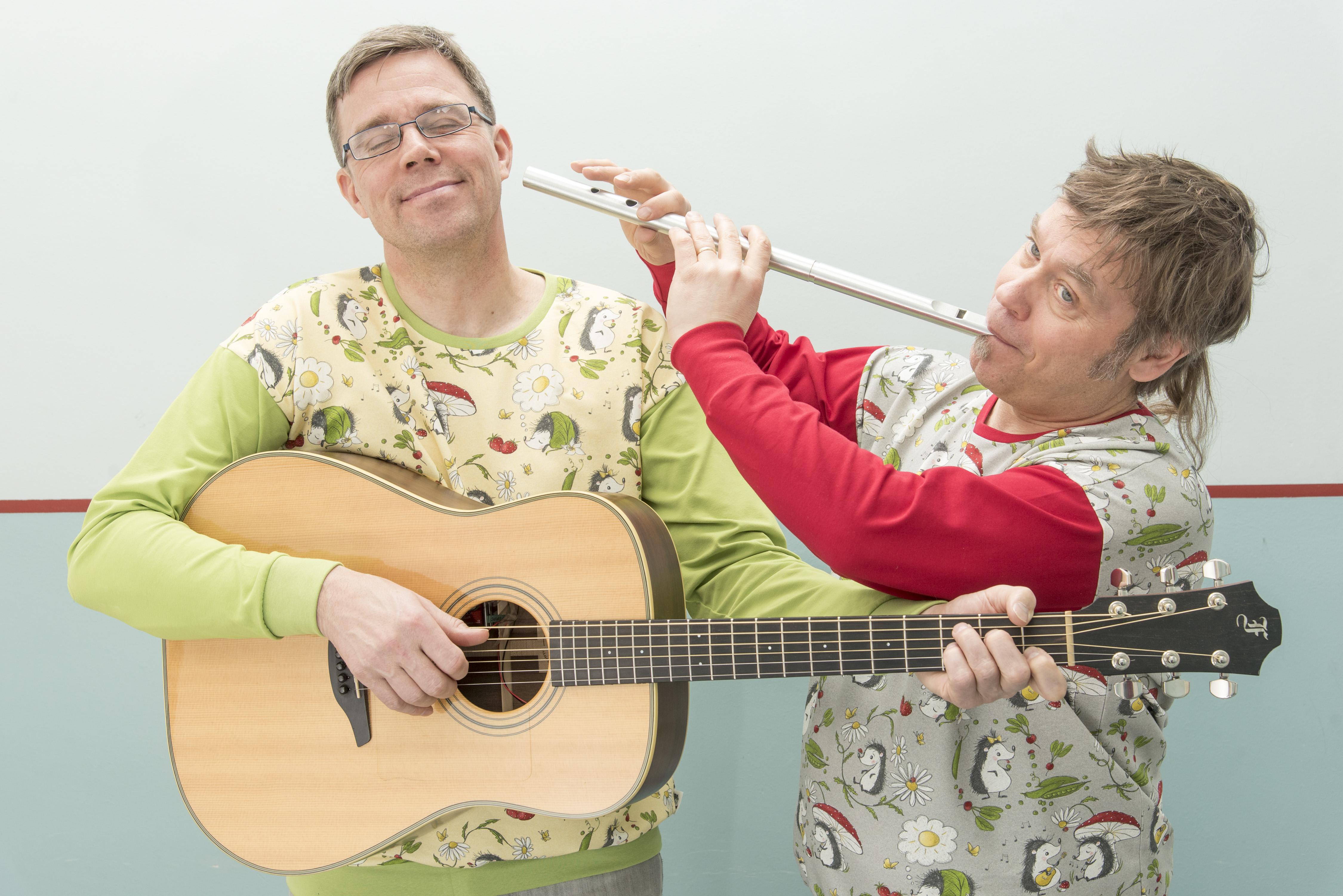 Soivan Siilen Kyösti Salmijärvi soittaa kitaraa ja Markus Lampela puhaltaa huilua.